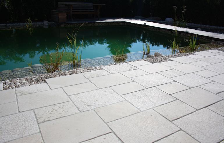 Terrassenbelag im Römischen Verband aus Adria Perlenkalkstein