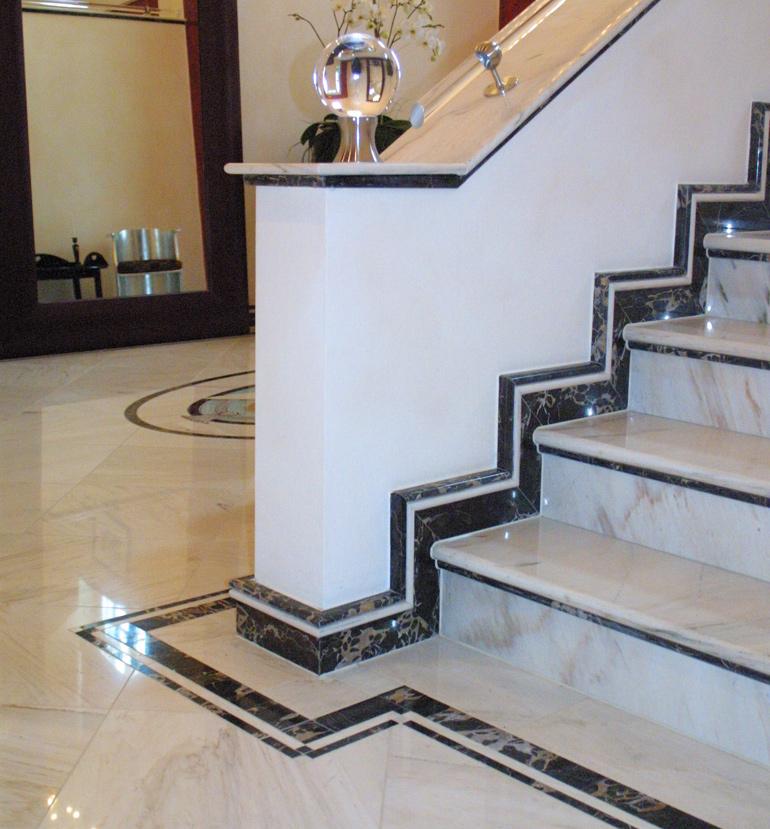 Profilierte Treppe mit Dekorsockel