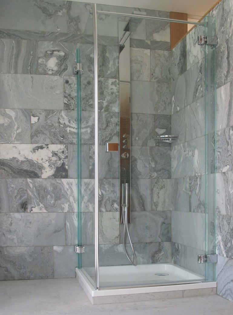 Dusche mit Wandbelag aus Silberquarzit Graublau diamantgesägt