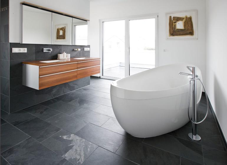 Bad mit Boden- und Wandbelag aus Tonschiefer