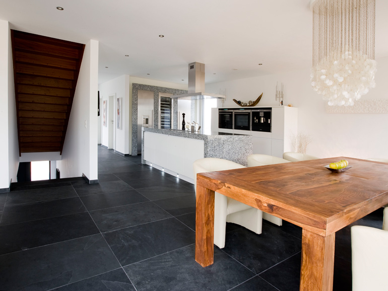 Küche und Essplatz mit Bodenbelag aus Tonschiefer