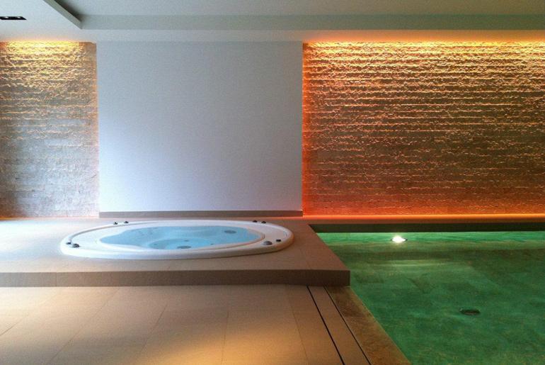Schwimmbad mit Wandbekleidung aus Adria Perlenkalkstein