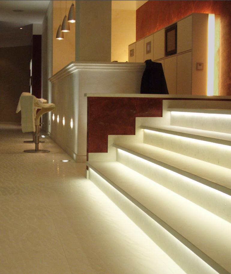Naturstein-Treppe mit indirekter Beleuchtung