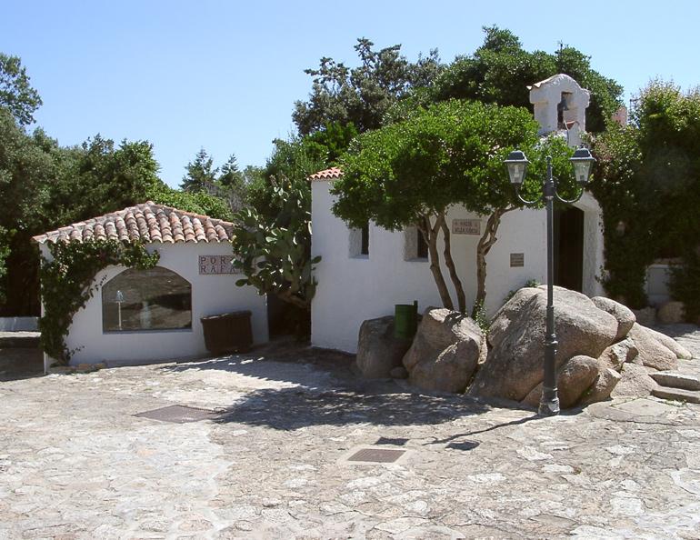 Freiraumgestaltung mit naturbelassenem Granit auf Sardinien