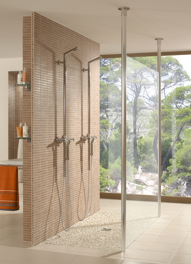 Dusche mit Bodenbelag aus Flußkiesel-Mosaik