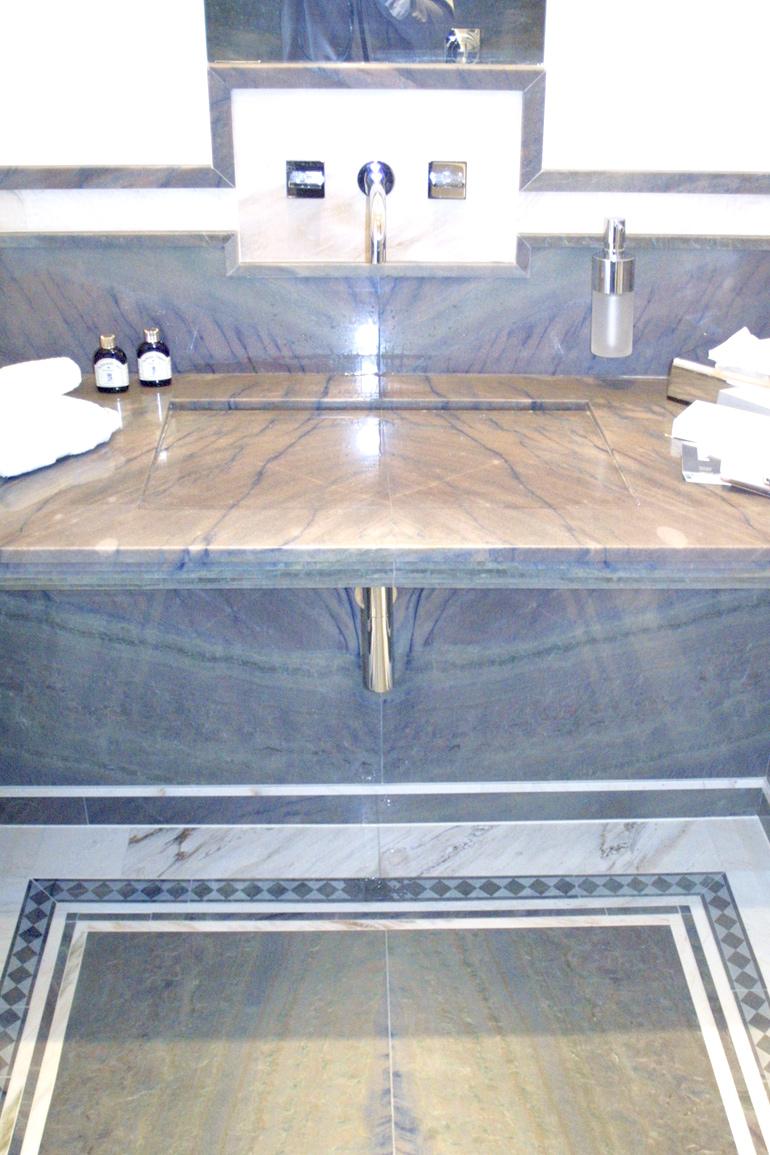 Handwaschbecken mit spiegelbildlicher Verlegung