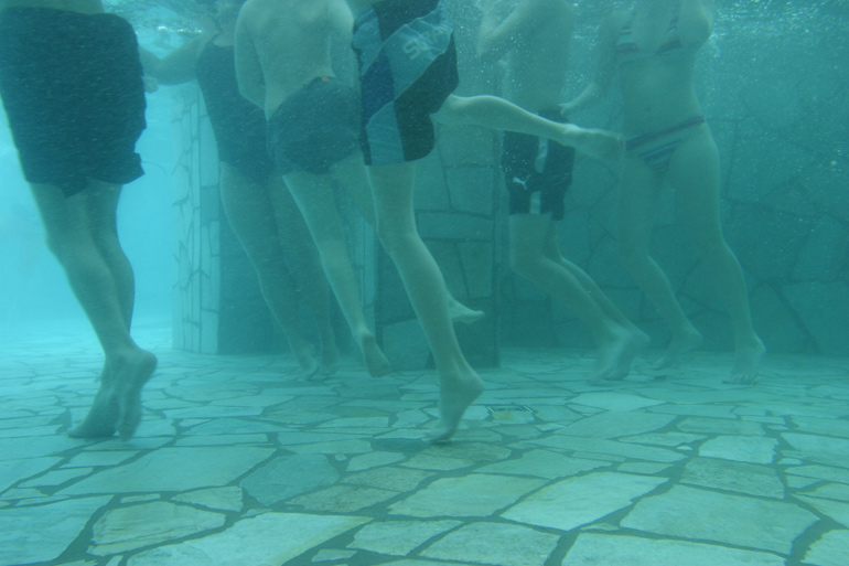 SilberQuarzit Polygonalplatten im Unterwasserbereich