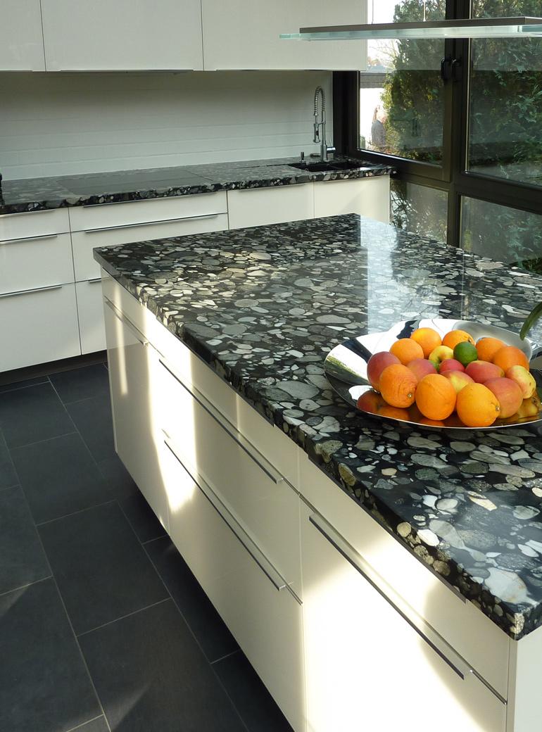 Küche mit Küchenarbeitsplatte aus Naturstein Marinace Black
