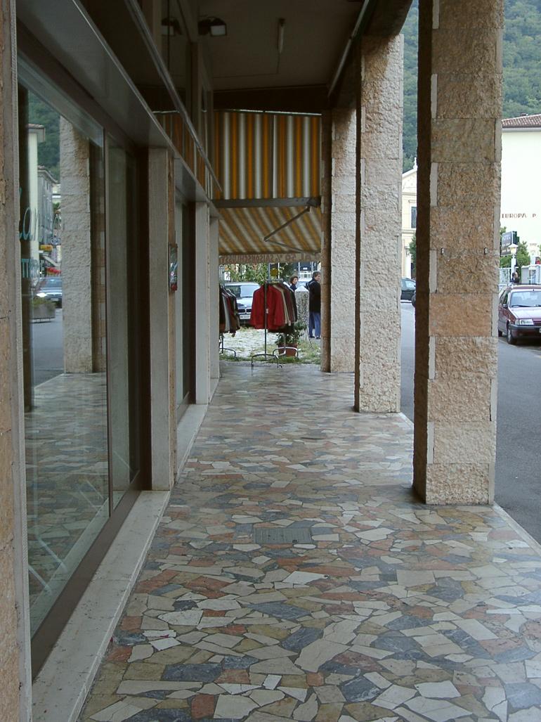 gemischtfarbige Polygonalplatten Naturstein Garda