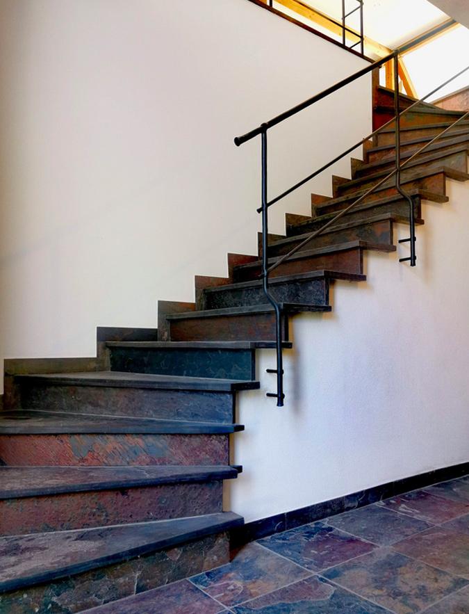 Zweimal viertelgewendelte Treppe aus indischem Buntschiefer